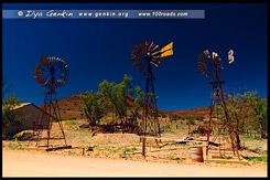 Ветряки в музее под открытым небом в Аркаруле, Аркарула, Arkaroola, Северная цепь гор Флиндерс, Northern Flinders Ranges, Аутбек, Аутбэк, Outback, Южная Australia, South Australia, Австралия, Australia