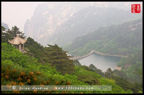 Вид на водохранилище и беседку по дороге к месту с названием - Flying-over Rock, Хуаншань, Huangshan, 黄山, Китай, China, 中國, 中国