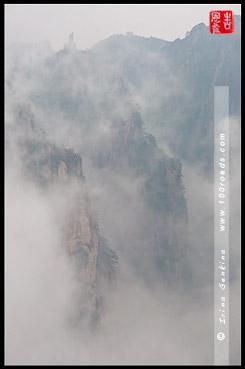 Вид на Летающий Камень с платформы Павильона Рассеянных Облаков, View on Flying-over Rock from Cloud-Dispelling Pavilion, 飞来石,  排云亭, Хуаншань, Huangshan, 黄山, Китай, China, 中國, 中国
