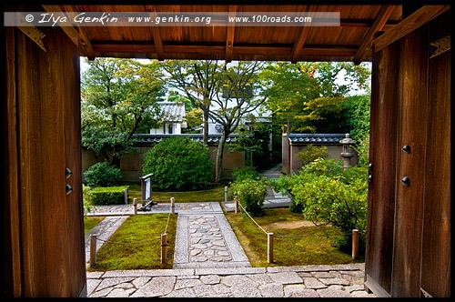 Ворота в один из храмов, Дайтоку-дзи, Daitoku-ji, 大徳寺, Киото, Kyoto, 京都市, регион Кансай, Kansai, Хонсю, Honshu Island, 本州, Япония, Japan, 日本