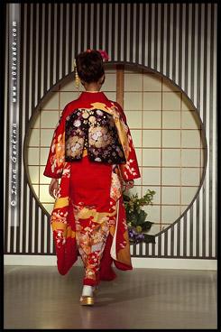 Кимоно Шоу, Kimono Show, кимоно, 着物, kimono,  Текстильный Центр Нисидзин, Nishijin Textile Center, Nishijin-Ori Kaikan, 西陣織会館, Камигё-ку, Kamigyo-ку, 上京区, Киото, Kyoto, 京都市, регион Кансай, Kansai, Хонсю, Honshu Island, 本州, Япония, Japan, 日本