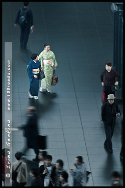 Японки в кимоно, кимоно, 着物, kimono, Женщины в кимоно, Вокзал Киото, Kyoto station, Киото, Kyoto, 京都市, Хонсю, Honshu Island, 本州, Япония, Japan, 日本