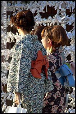 Японки в кимоно, кимоно, 着物, kimono, Храм Ясака, Yasaka Shrine, Ясака Дзиндзя, Yasaka-jinja, 八坂神社, Gion Shrine, Gion-jinja, 祇園神社, Хигасияма, Higashiyama, 東山区, Киото, Kyoto, 京都市, регион Кансай, Kansai, Хонсю, Honshu Island, 本州, Япония, Japan, 日本