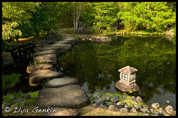 Низкий каменный фонарь (Kanshuji Toro) на берегу пруда в Саду господина Оясики, Oyashiki-no-niwa, Сад Кокоен, Koko-en Garden, Химедзи (Himeji), Ярония, Hyogo Prefecture, Kansai Region, Honshu Island, Japan