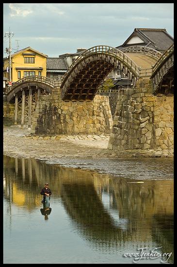 Рыбак у Моста Кинтай-Кьё (Kintai-kyo), Iwakuni, Honshu, Japan