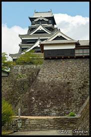 Главная башня Замка Кумамото, вид от сливового сада, Кумамото, Кусю, Япония