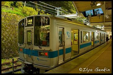 Поезд Hakone Tozan Railway между Одаварой и Хаконэ-Юмото (Hakone-Yumoto), Одавара (Odawara), 小田原, Хаконэ (Hakone), 箱根, Япония (Japan), 日本