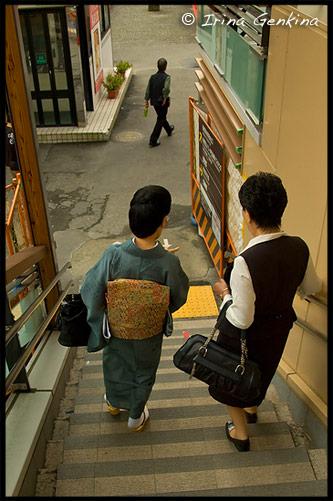 Японка в кимоно иромудзи (Iromuji) на выходе со станции Хаконэ-Юмото, Хаконэ (Hakone), 箱根, Япония (Japan), 日本