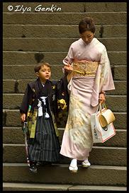 Японка в кимоно, кимоно, 着物, kimono, Мама с сыном, Тосёгу, Toshogu, 東照宮, Никко, Nikko, 日光, Регион Канто, Kanto Region, 関東地方, Хонсю, Honshu Island, 本州, Япония, Japan, 日本