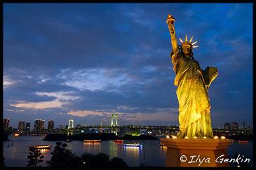 Копия статуи свободы на Одайбе, на фоне