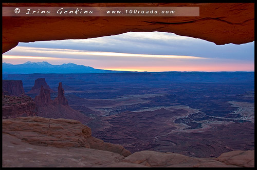 Арка Меса, Mesa Arch, район Остров в небе, Island in the Sky District, Национальный парк Каньонлэндс, Canyonlands National Park, Юта, Utah, США, USA, Америка, America